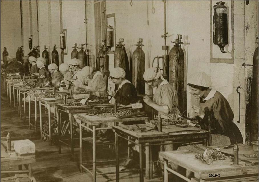 Cubierta de Mujeres alemanas trabajando en un talller de soldadura de una fábrica de aviones, 1917-1918 (Cartas al Rey: la mediación humanitaria de Alfonso XIII en la Gran Guerra)